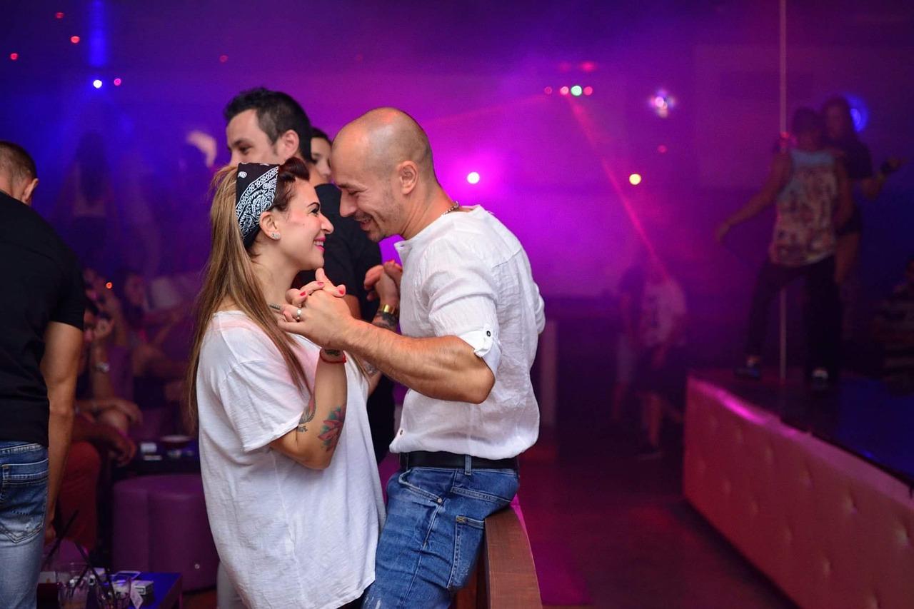 come conquistare una donna foto night club